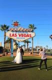Gifta sig på välkomnandet till det sagolika Las Vegas tecknet Arkivbild