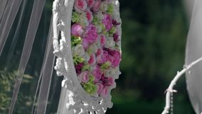 Gifta sig paneler av blommacloseupen Bröllopområdesgarneringar för nygift personregistrering stock video