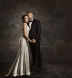 Gifta sig par, bruden och brudgummen Fashion Portrait, elegant dräkt Arkivbilder