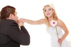 Gifta sig par. Brudgum och brud. Kyssande kvinna för man Royaltyfri Foto