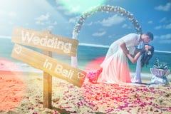 Gifta sig par, förbindelse, bröllopsresasumerlopp på Bali Arkivbilder