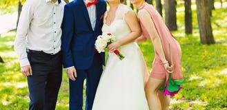 Gifta sig par, groomsmanen och brudtärnan royaltyfri bild