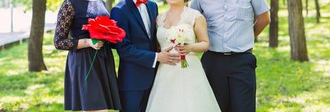 Gifta sig par, groomsmanen och brudtärnan royaltyfria foton