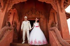 Gifta sig par i thailändsk stil, royaltyfri bild
