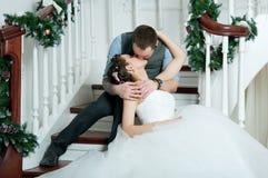 Gifta sig par, kyss på trappa Arkivfoton