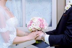 Gifta sig par med buketten Arkivfoton