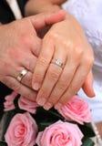 Gifta sig par med den guld- cirkeln Arkivbild