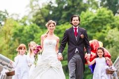 Gifta sig par med flower-power-folket på bron Royaltyfri Foto