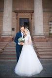 Gifta sig par nära en kyrka Att gifta sig par är att krama sig Skönhetbrud med brudgummen Royaltyfri Bild