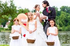 Gifta sig par och flower-power-folket med duvor Royaltyfri Fotografi