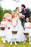Gifta sig par och flower-power-folket med duvor Arkivfoto
