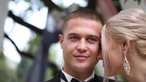 Gifta sig par på ceremoniyttersida för härlig stiligt mexico brudbrudgum för strand bröllop bara gift lager videofilmer
