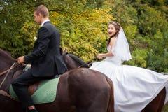 Gifta sig par på hästar Royaltyfria Bilder