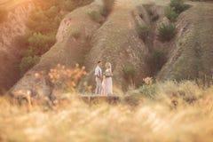 Gifta sig par på naturen i sommardag royaltyfri foto