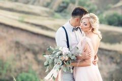 Gifta sig par på naturen i sommardag arkivfoton