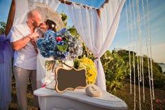 Gifta sig par på stranden med ramen Royaltyfri Foto