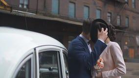 Gifta sig par som är förälskade över bröllopbilen arkivfilmer