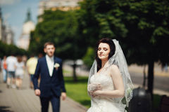 Gifta sig par som poserar i stad, parkera gränden Fotografering för Bildbyråer