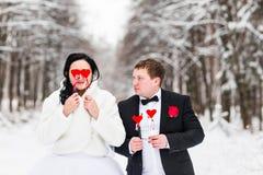 Gifta sig par som poserar med maskeringen begrepp av Valentine& x27; s-dag Arkivbilder