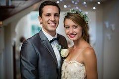 Gifta sig par som tillsammans står i korridor arkivfoto