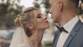Gifta sig par tillsammans Älskvärd brudgum och brud bröllop för tappning för klädpardag lyckligt arkivfilmer