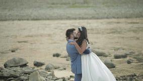 Gifta sig paranseende nära bergfloden Förälskade brudgum och brud lager videofilmer