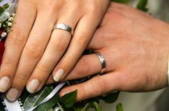 Gifta sig - parinnehavhänder Arkivfoto