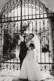 Gifta sig parkyssar framtill av den falska dörren Royaltyfria Foton
