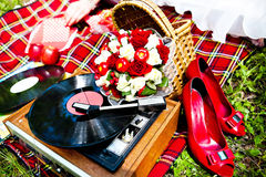 Gifta sig röda skor och den retro spelaren Royaltyfri Foto