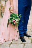 Gifta sig rosor och pioner i händerna av bruden Gifta sig in Arkivbilder