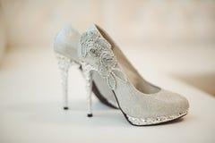 Gifta sig skor av bruden Arkivfoton