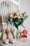 Gifta sig skor av bruden, mode fotografering för bildbyråer