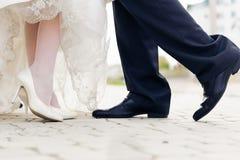 Gifta sig skor i en stående brud och brudgum Fotografering för Bildbyråer