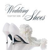 Gifta sig skor, nejlikor och halsbandet Fotografering för Bildbyråer