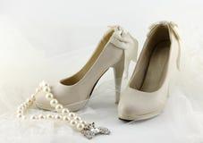 Gifta sig skor och en rad av pärlor Fotografering för Bildbyråer