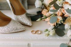 Gifta sig skor och gifta sig utrustning och att gifta sig buketten som gifta sig guld- cirklar Royaltyfria Bilder