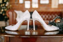 Gifta sig skor och gifta sig utrustning och att gifta sig guld- cirklar som gifta sig buketten på tabellen Royaltyfria Bilder