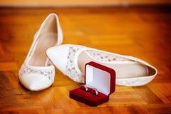 Gifta sig skor och vigselringar royaltyfria foton