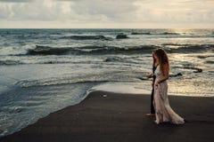 Gifta sig som är lovestory, precis gift par nära havet på solnedgången arkivfoto