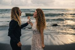 Gifta sig som är lovestory, precis gift par nära havet på solnedgången fotografering för bildbyråer