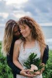 Gifta sig som är lovestory, precis gift par nära havet på solnedgången arkivbild