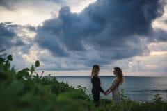 Gifta sig som är lovestory, precis gift par nära havet på solnedgången royaltyfri fotografi
