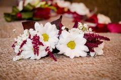 Gifta sig som är mer boutonier för bruden Royaltyfri Fotografi