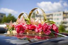 Gifta sig stöttor, vigselringar, blommor som gifta sig garnering, objekt, cirklar, garneringar på bilen Arkivfoto