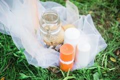 Gifta sig stearinljus på grönt gräs som gifta sig garnering Arkivfoto