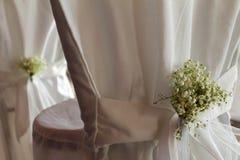 Gifta sig stol med behandla som ett barn `-s-andedräkt blommor Royaltyfria Bilder