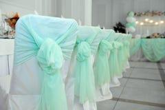 Gifta sig stolar i turkospilbågar arkivfoton
