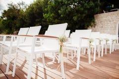 Gifta sig stolar med blommagarnering Royaltyfria Bilder