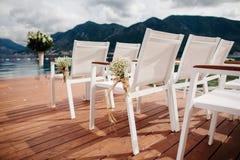 Gifta sig stolar med blommagarnering Royaltyfri Foto