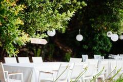 Gifta sig stolar med blommagarnering Royaltyfri Fotografi